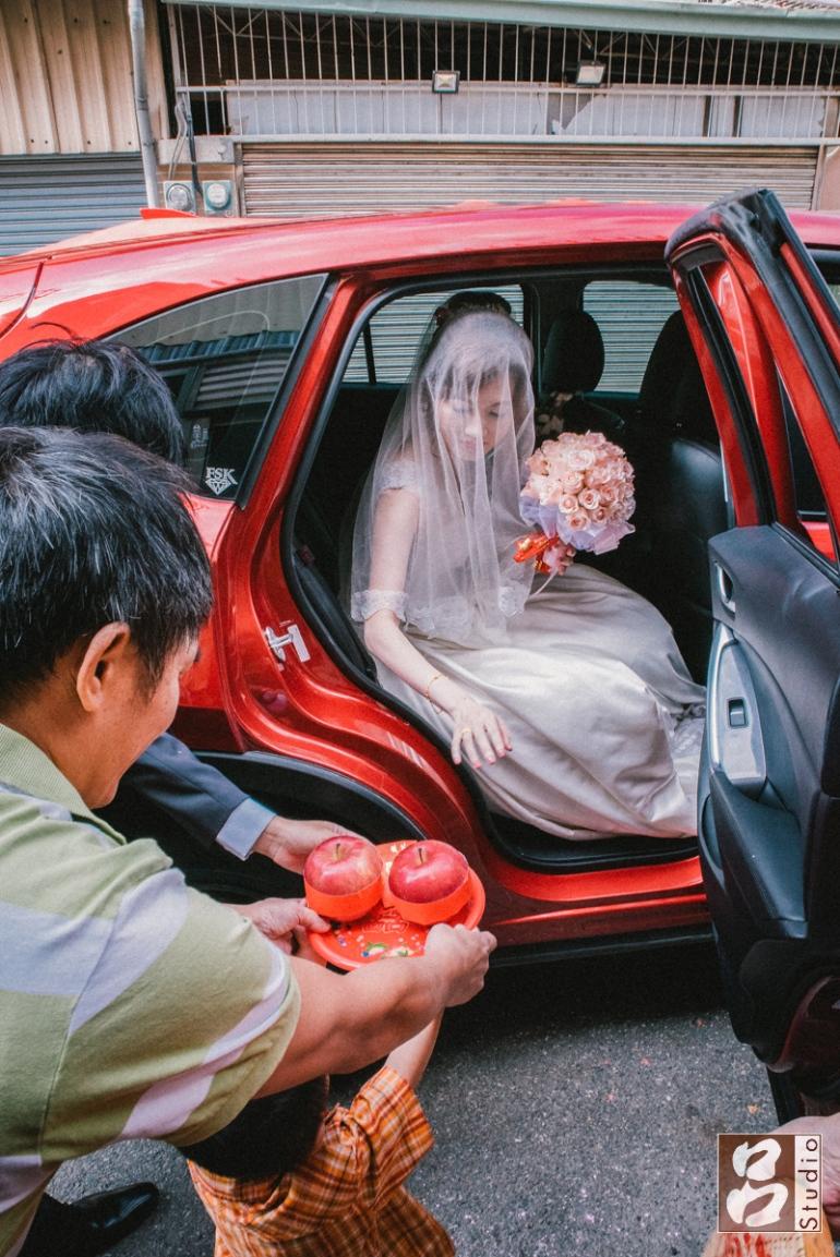 新娘開門下車摸蘋果