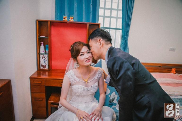 親親親吻新娘臉頰
