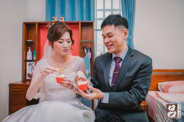 新郎新娘互餵發粿