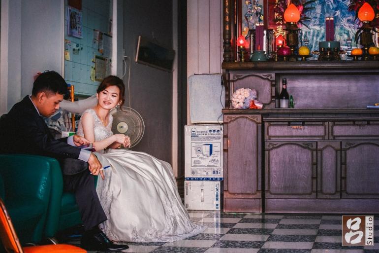 新郎與新娘坐在客廳閒聊