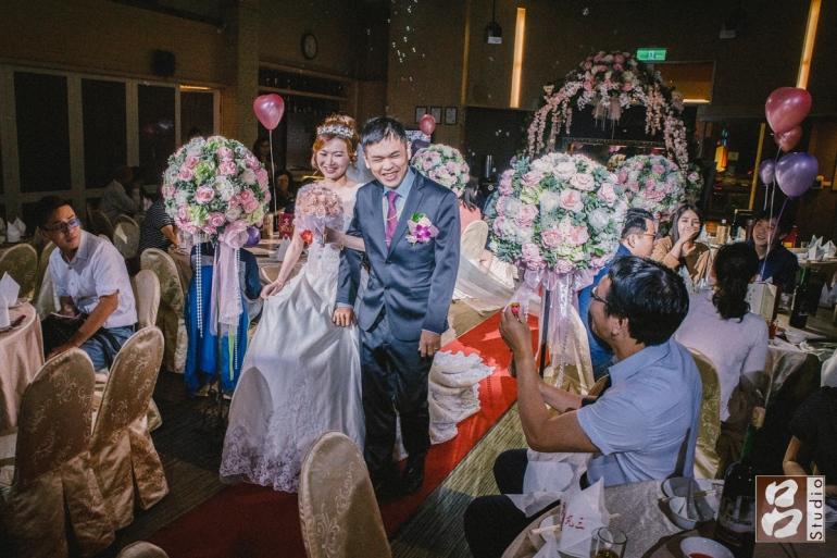賓客祝福下進場新郎新娘