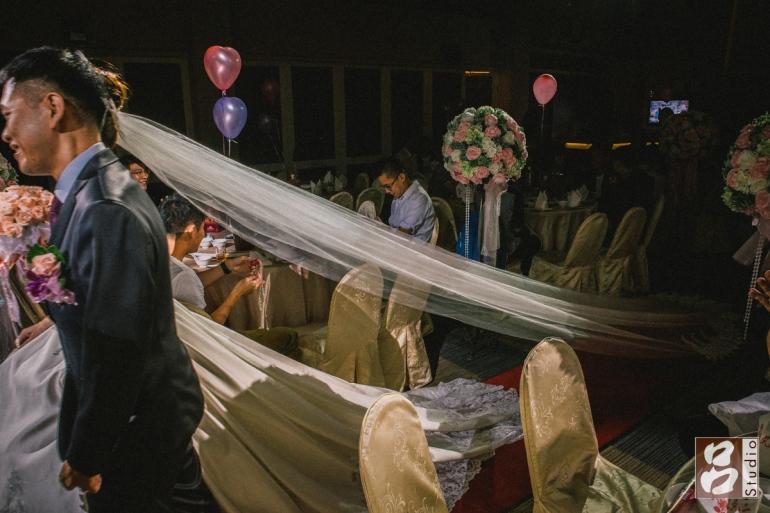 新娘的長頭紗進場