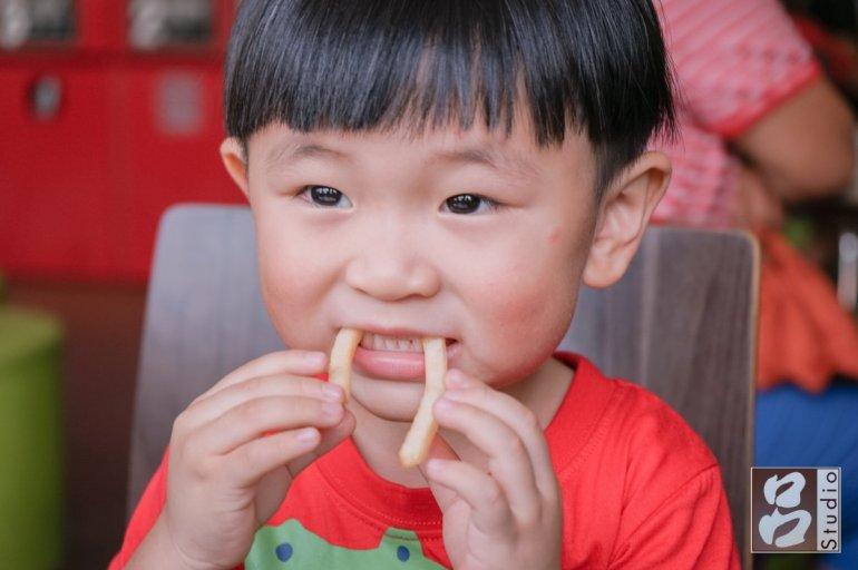 吃薯條的小孩