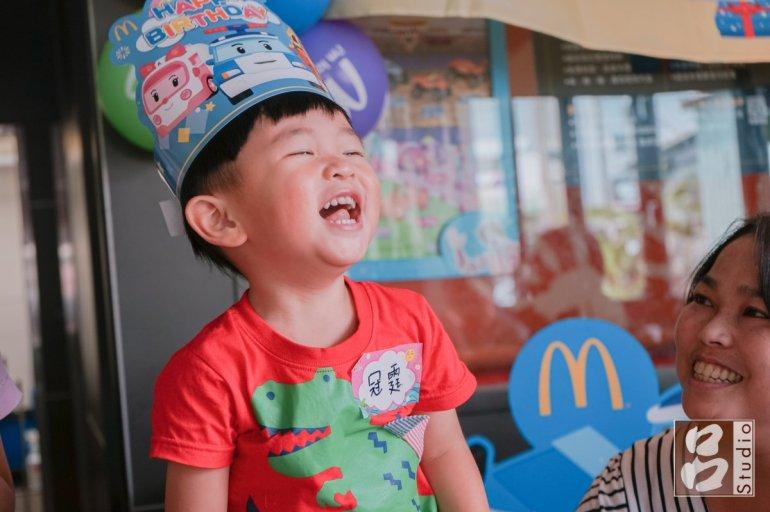 戴的壽星帽笑呵呵小朋友
