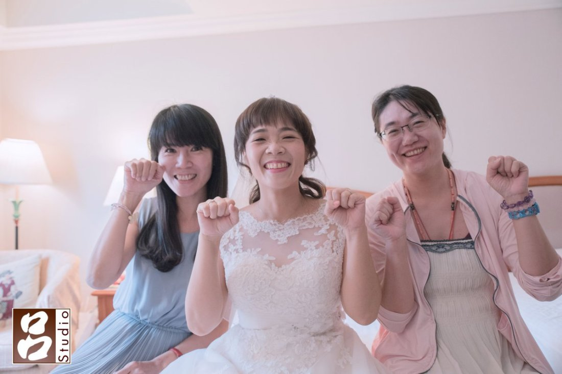 新娘與好友拍照 貓貓拳