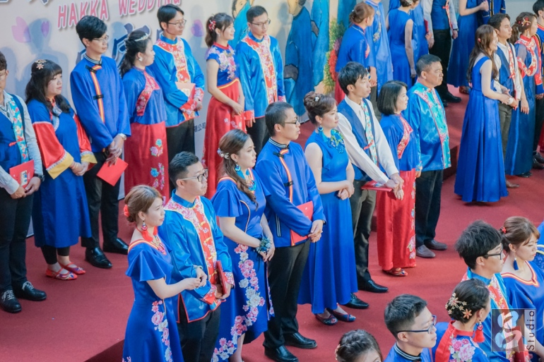 台上的新人穿藍色客家禮服證婚中