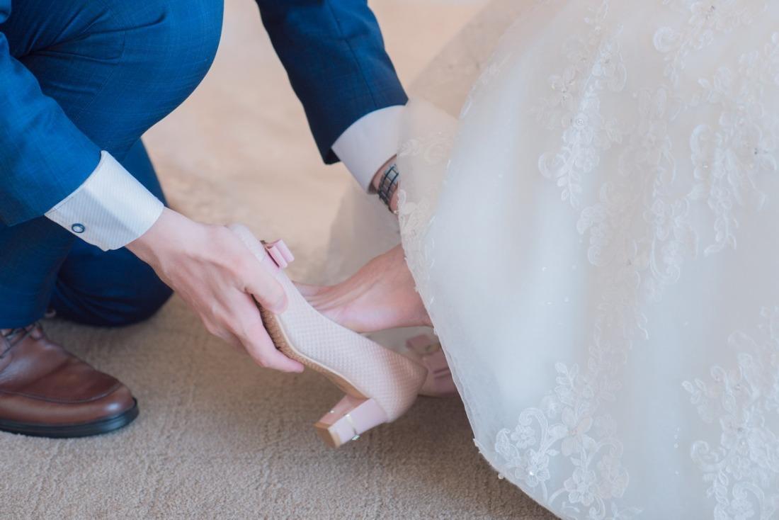 替新娘穿上婚鞋