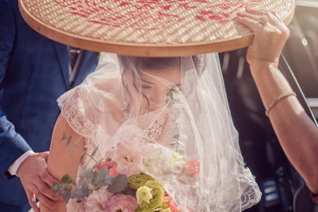 新娘下車進家門