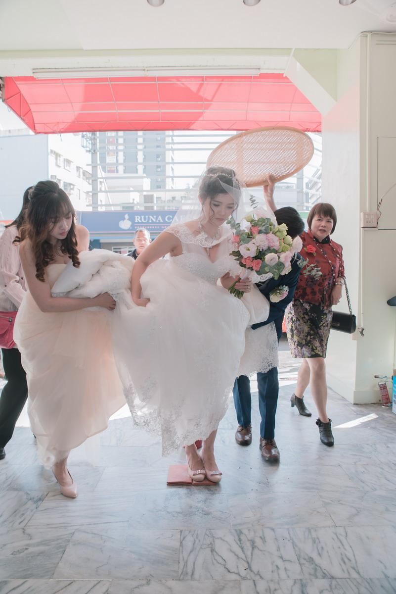 新娘踩瓦片