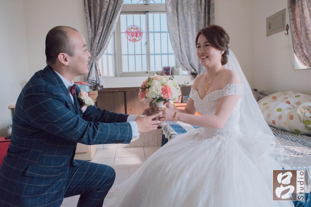 獻花給白紗新娘