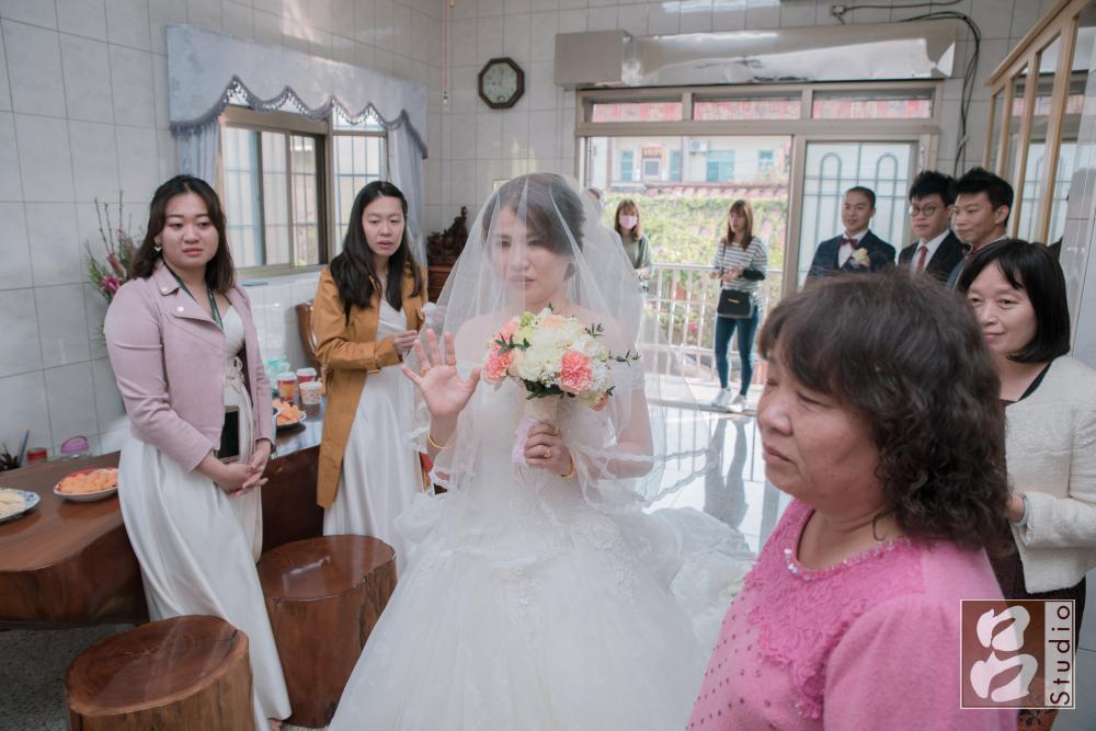 新娘跟家人說再見
