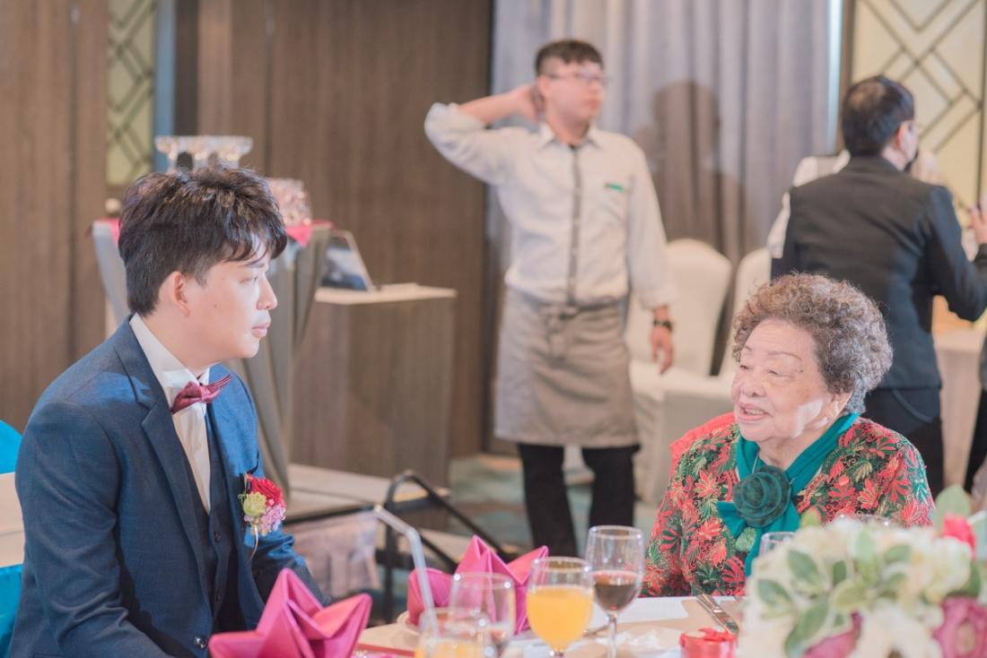 新郎陪外婆聊天