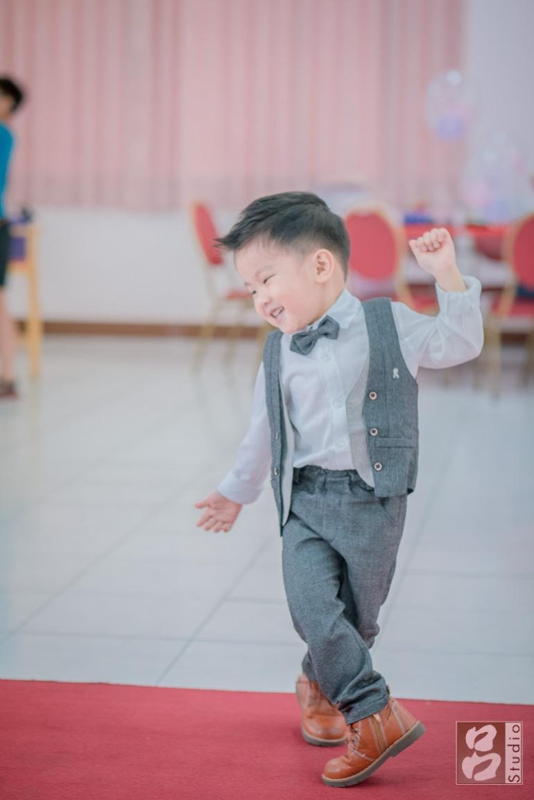 跳舞的小男孩