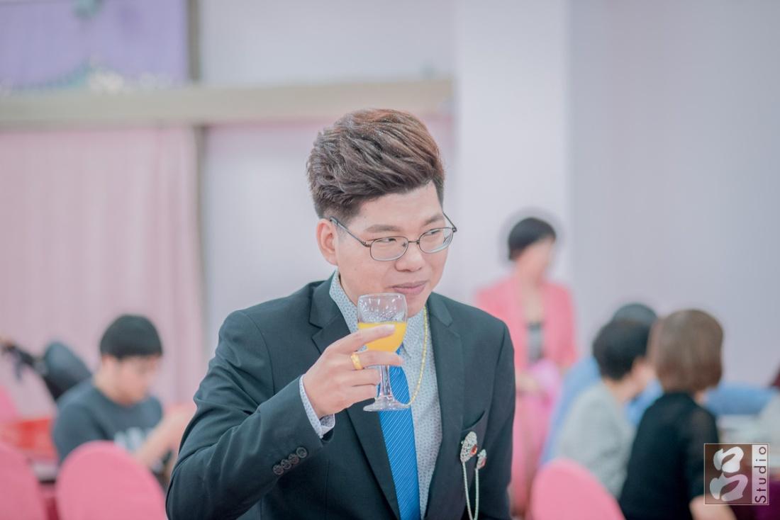 新郎拿酒杯