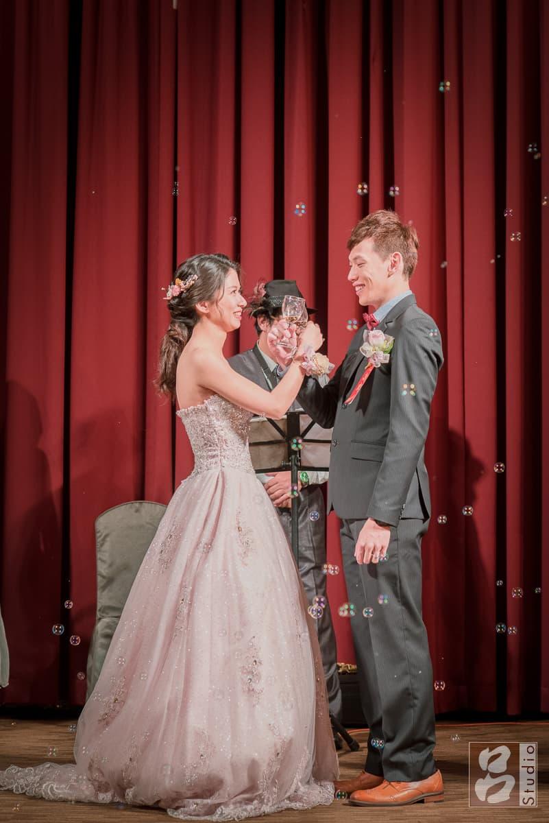 婚禮交杯酒舞台上