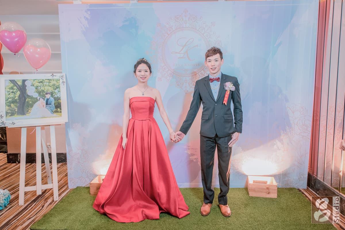 新娘新郎站在婚禮看板前