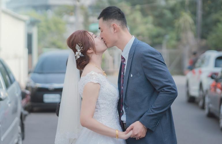 新人在街上親吻
