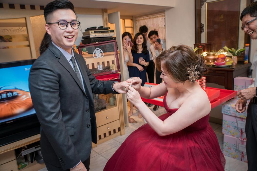 新娘把訂婚戒套在新郎手上