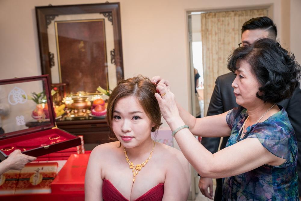 男方母親在替媳婦戴上頭花