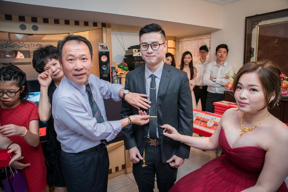 女方父親幫新郎戴上領帶夾